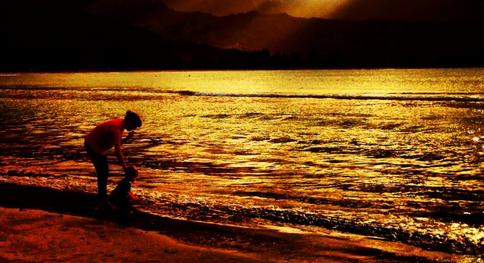 Mãe e bebê brincando na praia - Essa foto foi postada prlo Jason Reeves, que pode ter sido a inspiração mencionada