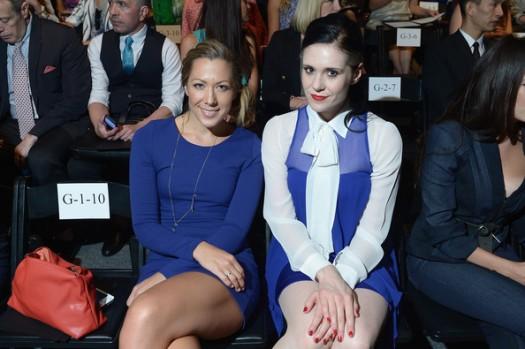 As cantoras Colbie Caillat e Kate Nash posam para foto.